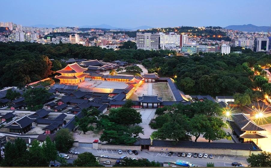 Погулка по дворцу Чхандоккун в вечернее время