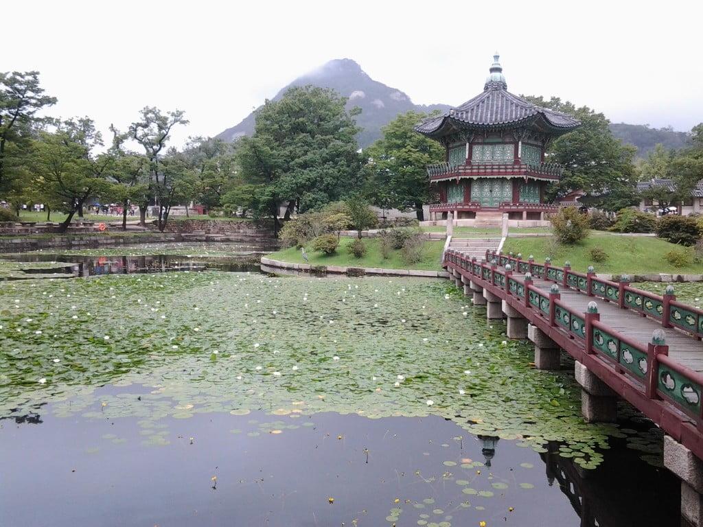 Пруд во дворце Кенбоккун, Сеул