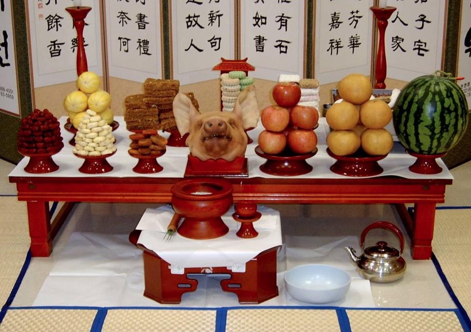 Голова свиньи ставится на стол для корейского ритуала на удачу