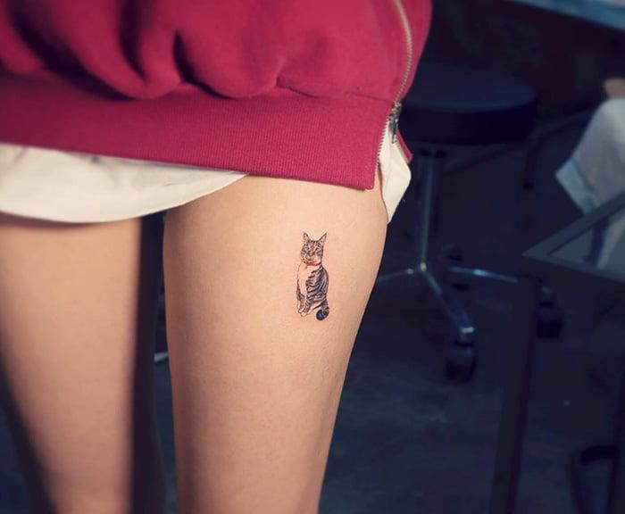 Татуировка кот на ноге