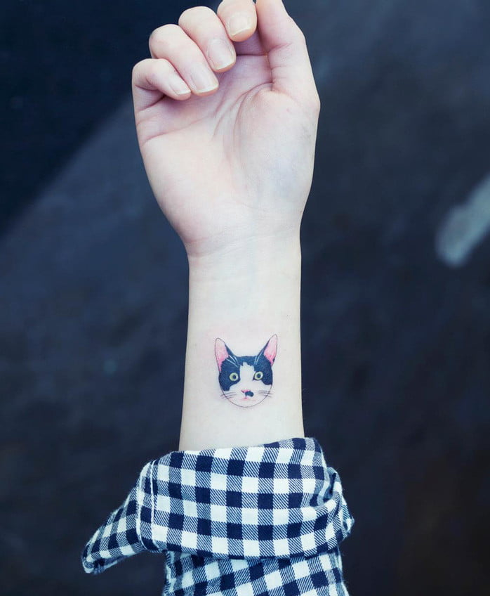 Татуировка кот на руке