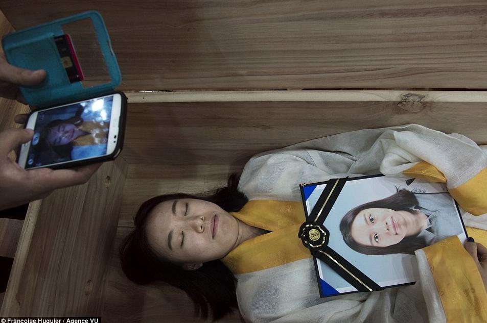 Молодая кореянка репетирует свою смерть, чтобы справиться с мыслями о самоубийстве.