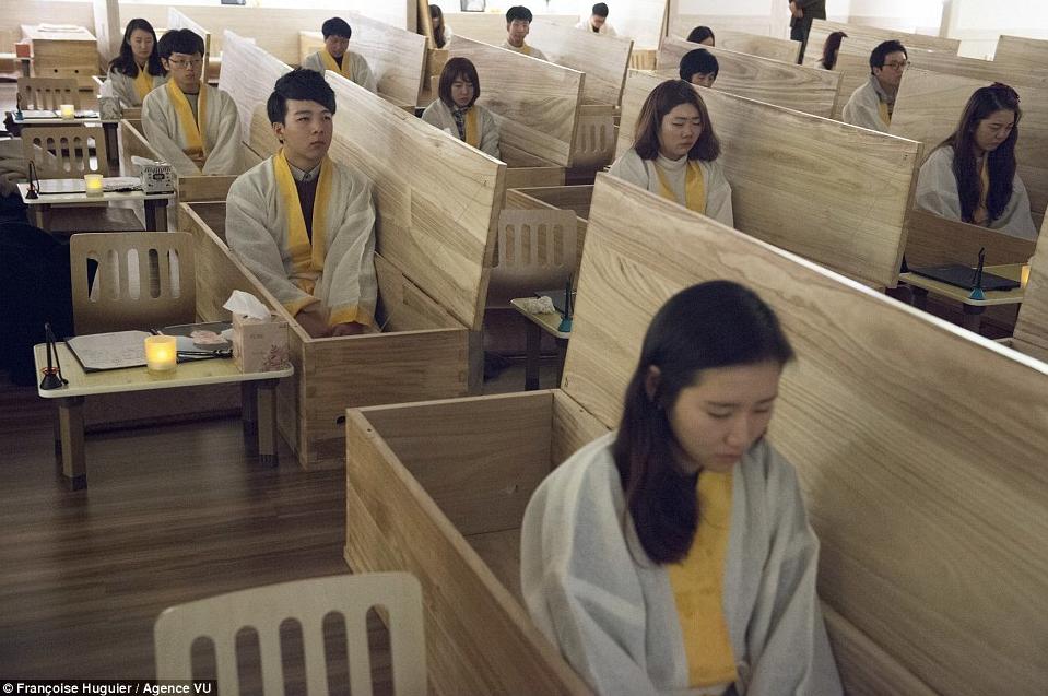 Корейцы с мыслями о самоубийстве сидят в гробу.