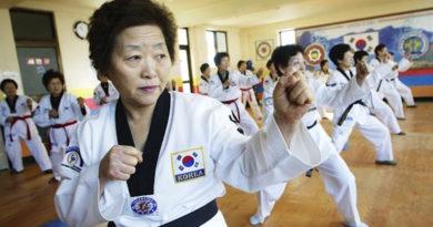 Корейские бабушки занимаются тхэквондо