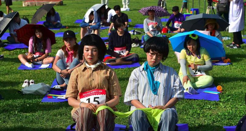 Кореянки отдыхают в сеульском парке от постоянного стресса